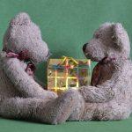 Idei de cadouri: cum să îţi surprinzi partenerul cu cadoul potrivit